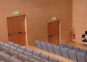 akustik sinema tiyatro salonu kapısı