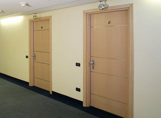 ses yalıtımlı otel kapıları